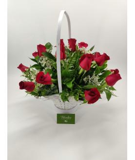 15 красных роз в корзине
