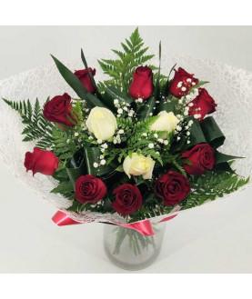 זר ורדים לבנים ואדומים