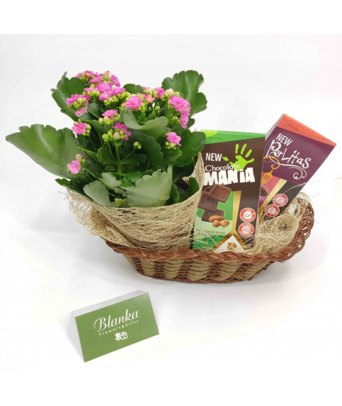 פרחים עם שוקולד בסלסלה