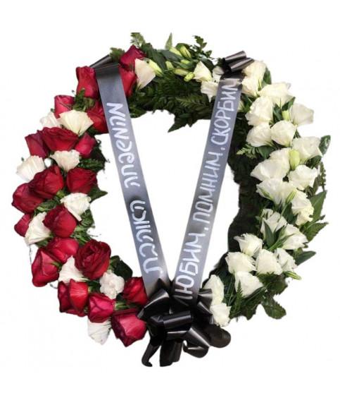 похоронный венок с розами и лизиантусом